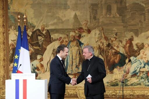 Президент Франции Эмманюэль Макрон и нунций Луиджи Вентура в Париже, 2018 год