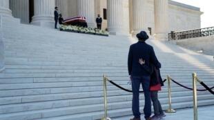 Le cercueil de Ruth Bader Ginsburg a été déposé en haut des escaliers de la Cour suprême, à Washington. Le 23 septembre 2020.