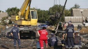 """Спасатели на месте крушения """"Боинга"""" компании Malaysia Airlines в Грабово Донецкой области 20 июля 2014."""