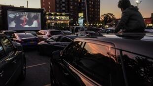 Il y avait plus de 4000 «drive-in» aux États-Unis dans les années 50-60, maintenant il n'en reste qu'environ 300. Mais ces cinémas en plein air font partie des rares commerces à ne pas trop souffrir de la crise du coronavirus.