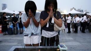 Una madre y su hija rezan por las víctimas de la bomba de Hiroshima, este 6 de agosto de 2015 en el epicentro de la explosión.