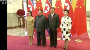 Lãnh đạo Bắc Triều Tiên Kim Jong Un cùng phu nhân và chủ tịch Trung Quốc Tập Cận Bình và phu nhân tại Bắc Kinh, ngày 28/03/2018. Ảnh chụp từ màn hình của CCTV.