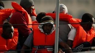 Des migrants après leur sauvetage par un bateau patrouilleur maltais, le 24 mai 2019.
