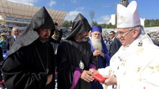 با وجود اختلافات، پاپ فرانسیس با کشیش های ارتدکس دیدار کرد