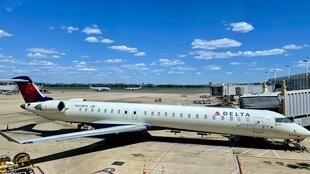 Avión Bombardier CRJ-900 de Delta Airlines en el aeropuerto Ronald Reagan de Washington, en mayo de 2021