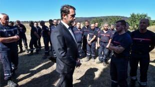 Глава МВД Франции Кристоф Кастанер на встрече с бригадой пожарных-спасателей в коммуне Женерак, 3 августа 2019 г.