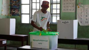Un hombre deposita su voto en la urna. Rangún, 1ro de abril de 2017.