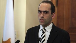 Вновьназначенный министр финансов Кипра Харис Георгиадес во время церемонии в президентском дворце в Никосии 03/04/2013
