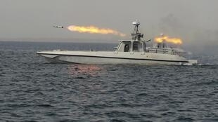 Một chiến hạm của Iran bắn đạn rocket trong cuộc tập trận gần eo biển Ormuz ngày 30/12/2011.