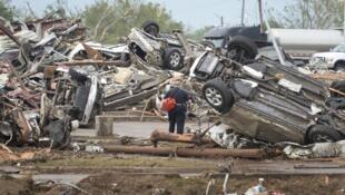 Equipes de resgate tentam encontrar sobreviventes no estacionamento do hospital de Moore, devastado no dia 20 de maio de 2013.