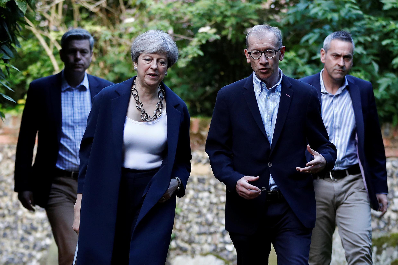 Ba ngày sau thất bại trong bầu cử, bà Theresa May vẫn chưa thành lập được chính phủ mới như thông báo.