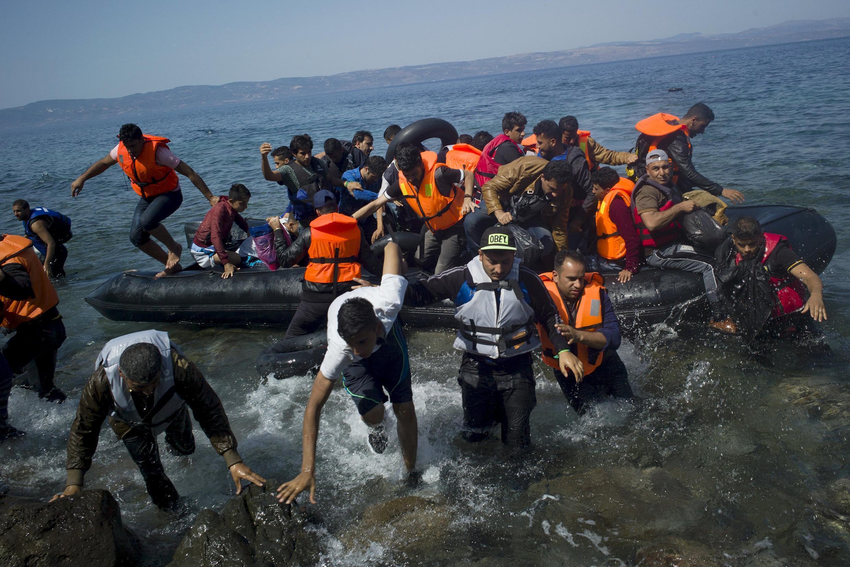 Inmigrantes desembarcando en la isla griega de Lesbos.