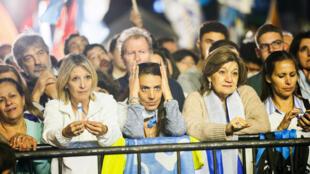 Partidarios de Luis Lacalle Pou, del Partido Nacional, esperando los resultados este 24 de noviembre de 2019 en Montevideo.