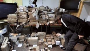 Michel Neyret, ex-numéro deux de la police judiciaire de Lyon, montre une partie de la saisie de cannabis d'1,5 tonne, le 17 mai 2011.