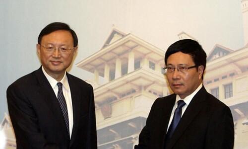 Ngoại trưởng Việt Nam Phạm Bình Minh tiếp đón Ủy viên Quốc vụ viện Trung Quốc Dương Khiết Trì - Ảnh : Reuters