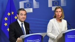 Ngoại trưởng Trung Quốc Vương Nghị (Wang Yi - bên trái) và đại diện ngoại giao châu Âu Federica Mogherini trong cuộc họp báo tại UBCA, ngày 01/06/2018