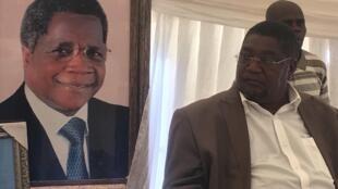 Ossufo Momade, presidente da Renamo no seu escritório com em pano de fundo a fotografia do líder histórico Afonso Dhlakama, falecido a 3 de Maio de 2018.