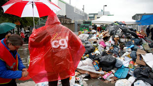 Pickets at a refuse disposal centre near Paris