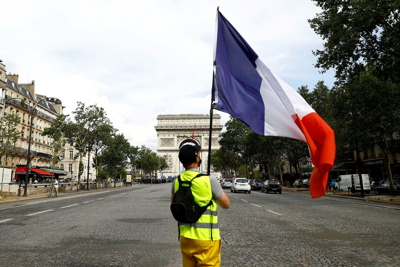 Протестующий против «санпропусков» в желтом жилете, Париж, 24 июля 2021 г.