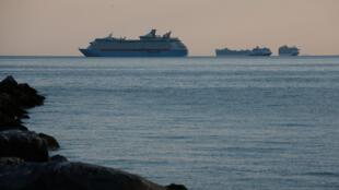 Plusieurs bateaux de croisière en quarantaine au large de la baie de Manille, le 8 mai 2020.
