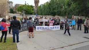 二十名港人到中國領事館前抗議,要求釋放被迫失蹤港人。