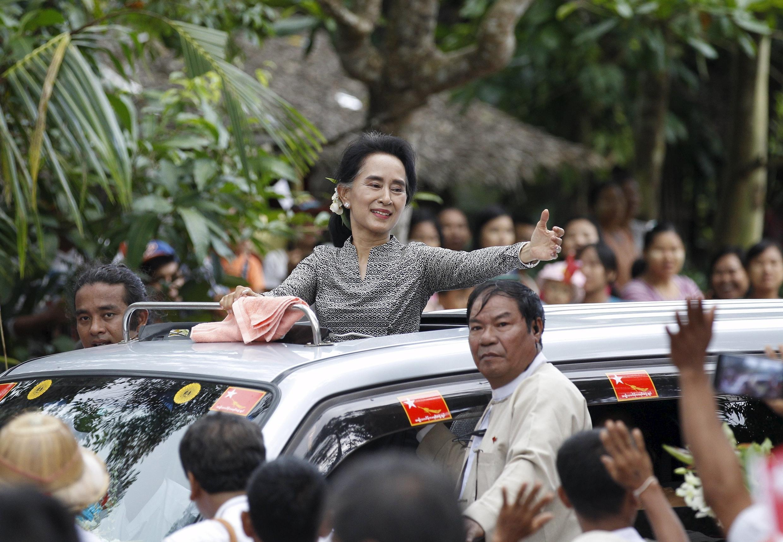 Lãnh tụ đối lập Miến Điện Aung San Suu Kyi vẫy chào người ủng hộ, 21/09/2015.