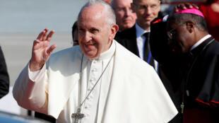 O papa Francisco desembarcou neste sábado (25) no aeroporto internacional de Dublin, na Irlanda.