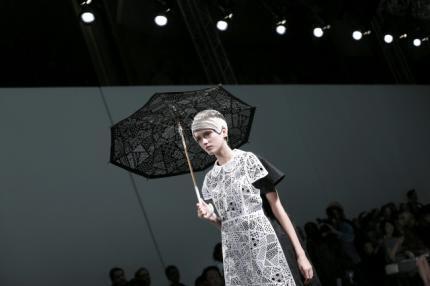 A fluidez e leveza dos modelos do estilista Morinaga foram muito aplaudidos no desfile da Fashion Week neste 23 de setembro de 2014.