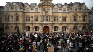 Cuộc biểu tình đòi gỡ tượng Cecil Rhodes (  cao nhất ở giữa)  tại trường Oriel College - Oxford, Anh, ngày 09/06/2020.