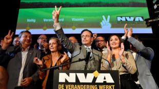 Le maire d'Anvers, Bart De Wever, tête de liste du parti N-VA (nationalistes flamands) célèbre la victoire dans les élections locales, à Anvers, le 14 octobre 2018. A Anvers, les écologistes se sont classés en 2e position derrière la liste N-VA.