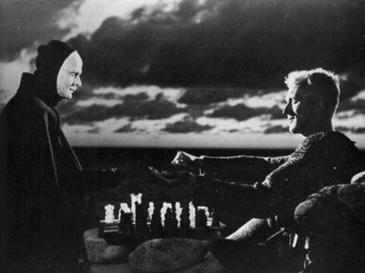 """Кадр из фильма Ингмара Бергмана """"Седьмая печать"""". Макс фон Сюдов справа - в роли рыцаря, играющего в шахматы со смертью."""