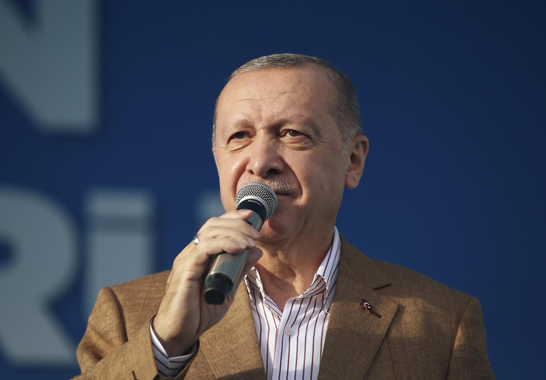 Rais wa Uturuki Recep Tayyip Erdogan akiwahutubia wafuasi wa chama chake huko Malatya mashariki mwa Uturuki, Oktoba 25, 2020.
