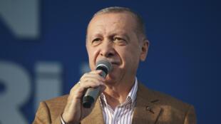 Presidente turco Recep Tayyip Erdogan discursa para os apoiadores de seu partido em Malatya, no leste da Turquia, a 25 de outubro de 2020.