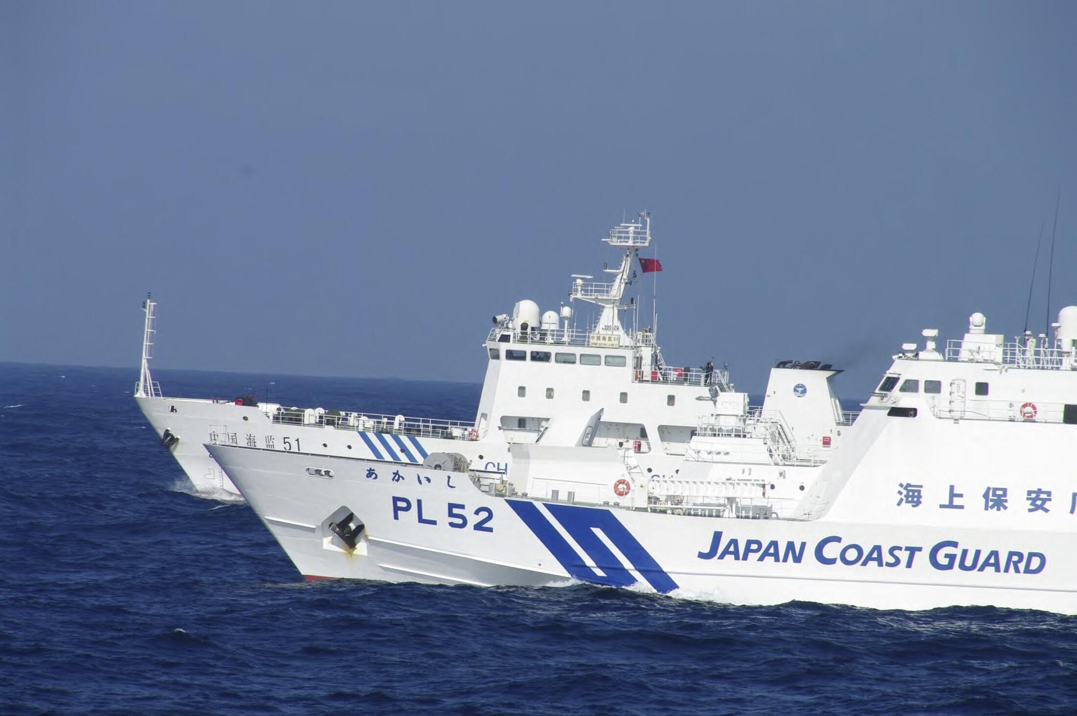 Tàu tuần duyên Nhật và  tàu hải giám Trung Quốc trong vùngSenkaku/Điếu Ngư (Reuters)