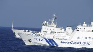 Tàu tuần duyên Nhật và tàu hải giám 51 của Trung Quốc trong vùng biển Senkaku/Điếu Ngư (Reuters)