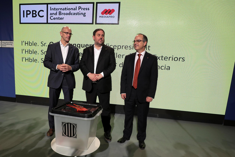 Представители Женералитата демонстрируют урну для голосования на референдуме, 29 сентября 2017.