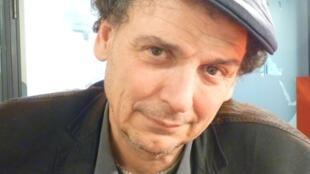 El cineasta catalán José Luis Guerín en los estudios de RFI en París