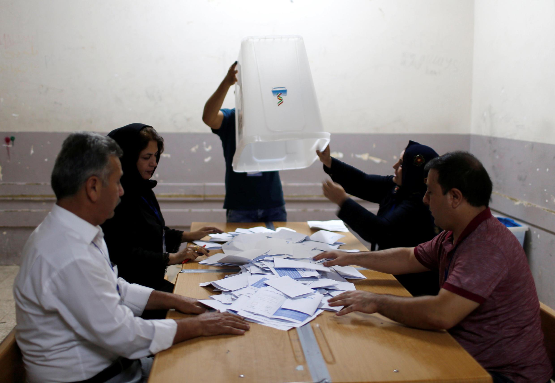 Dépouillement des bulltetins de vote au référendum dans un bureau de vote d'Erbil, le 25 septembre 2017.