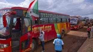 Basi lililokuwa limebeba wakimbizi wa Burundi 600 waliwasili kwenye mpaka wa Gisuru mkoani Ruyigi, Mashariki mwa Burundi, Oktoba 3, 2019.