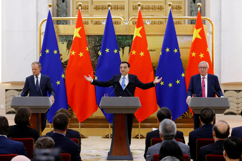Thủ tướng Trung Quốc Lý khắc Cường (G) họp báo với chủ tịch Hội Đồng Châu Âu Donald Tusk (T) và chủ tịch Ủy Ban Châu Âu Jean Claude Junker tại Bắc Kinh ngày 06/07/2018.