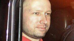 Anders Behring Breivik foi levado pela polícia à ilha para explicar como executou o massacre de 69 pessoas.