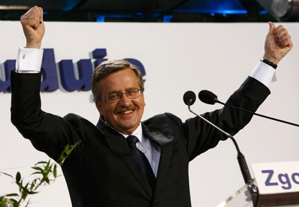 Bronislaw Komorowski, vainqueur de l'élection présidentielle en Pologne salue ses supporters à Varsovie, le 4 juillet 2010.