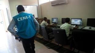 Un membre de la Céni passe devant les ordinateurs qui reçoivent les résultats des élections malgaches (image d'illustration).