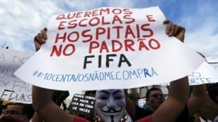 Manifestante durante protestos do dia 20 de junho em Recife (PE).