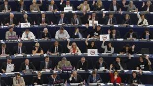 Các nghị sĩ Châu Âu giơ tay biểu quyết nghị quyết. Ảnh chụp ngày 10/06/2015