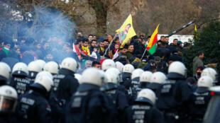 Manifestation pro-kurdes à Cologne, dispersée par la police allemande, suite à la présence de slogans du PKK, le 27 janvier 2018.