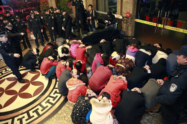 2014年2月9日,警方在东莞某酒店搜查卖淫嫖娼行为。