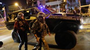Полиция и военные оцепили центр, где было совершено убийство.