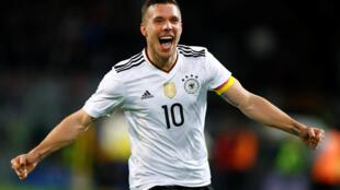 Wasa na 130 da Lukas Podolski ya bugawa kasarsa ta Jamus, wanda suka samu nasara kan Ingila da 1-0.
