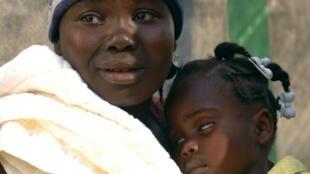 Une Haïtienne et son enfant victime de l'épidémie de choléra.